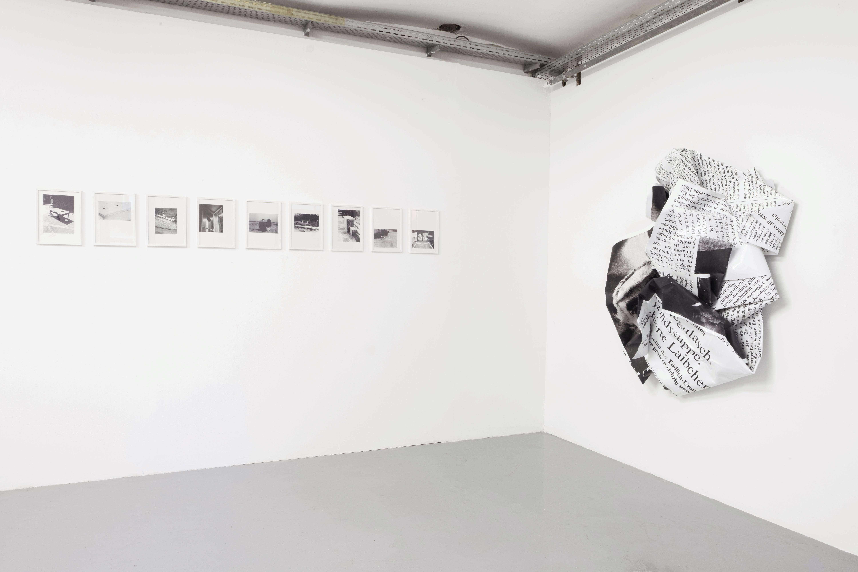 Installationsansicht 21 +, Lochbilder Ulrich Strothjohann, Thomas Bernhard von Olaf Metzel