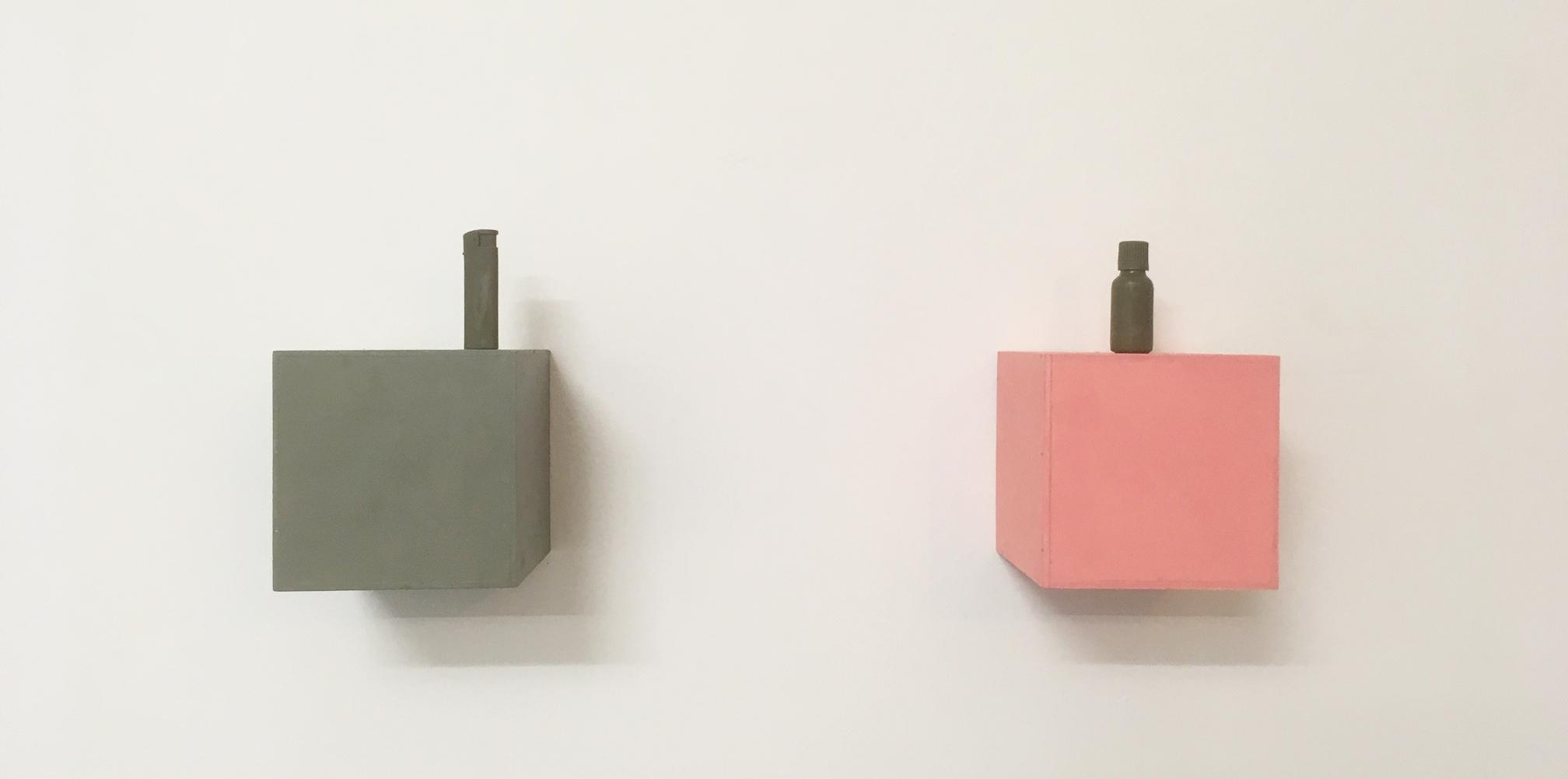 Installationsansicht 21 +, Kerstin von Gabain, Ohne Titel (Feuerzeug) (Psychopax Fläschchen), 2019, Holz, Öl, Wachs