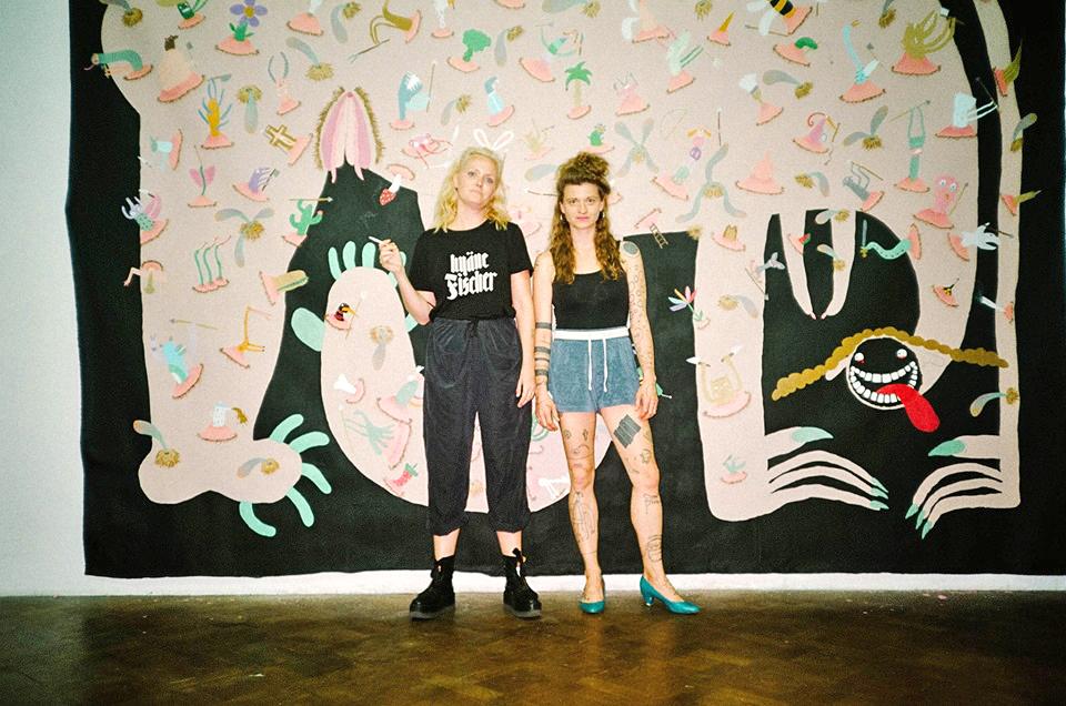 """Veranstaltungsfoto: Lydia Haider und Sophia Süßmilch vor dem Gemälde """"Das Matriarchat"""", fotografiert von Apollonia T. Bitzan"""