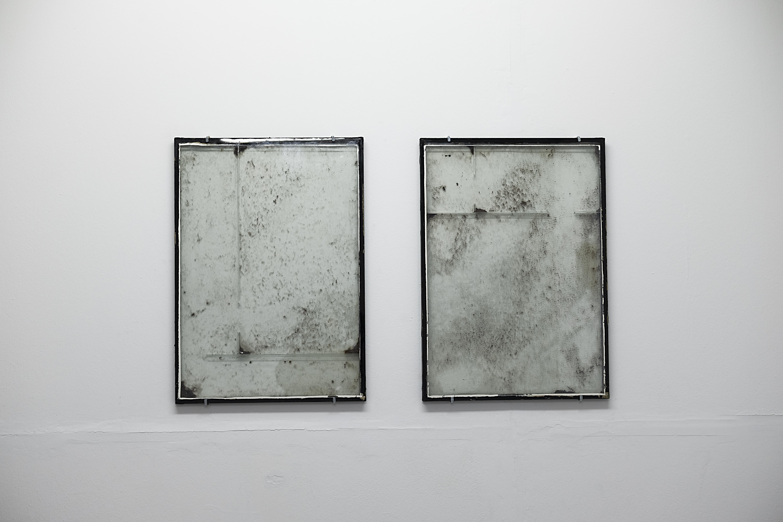 """Ausstellungsansicht """"IF IT MOVES, IT'S OUTMODED""""?, Breathing Chamber, Brigham Bakar, Glas, Staub, verdampftes Wasser, 2019"""