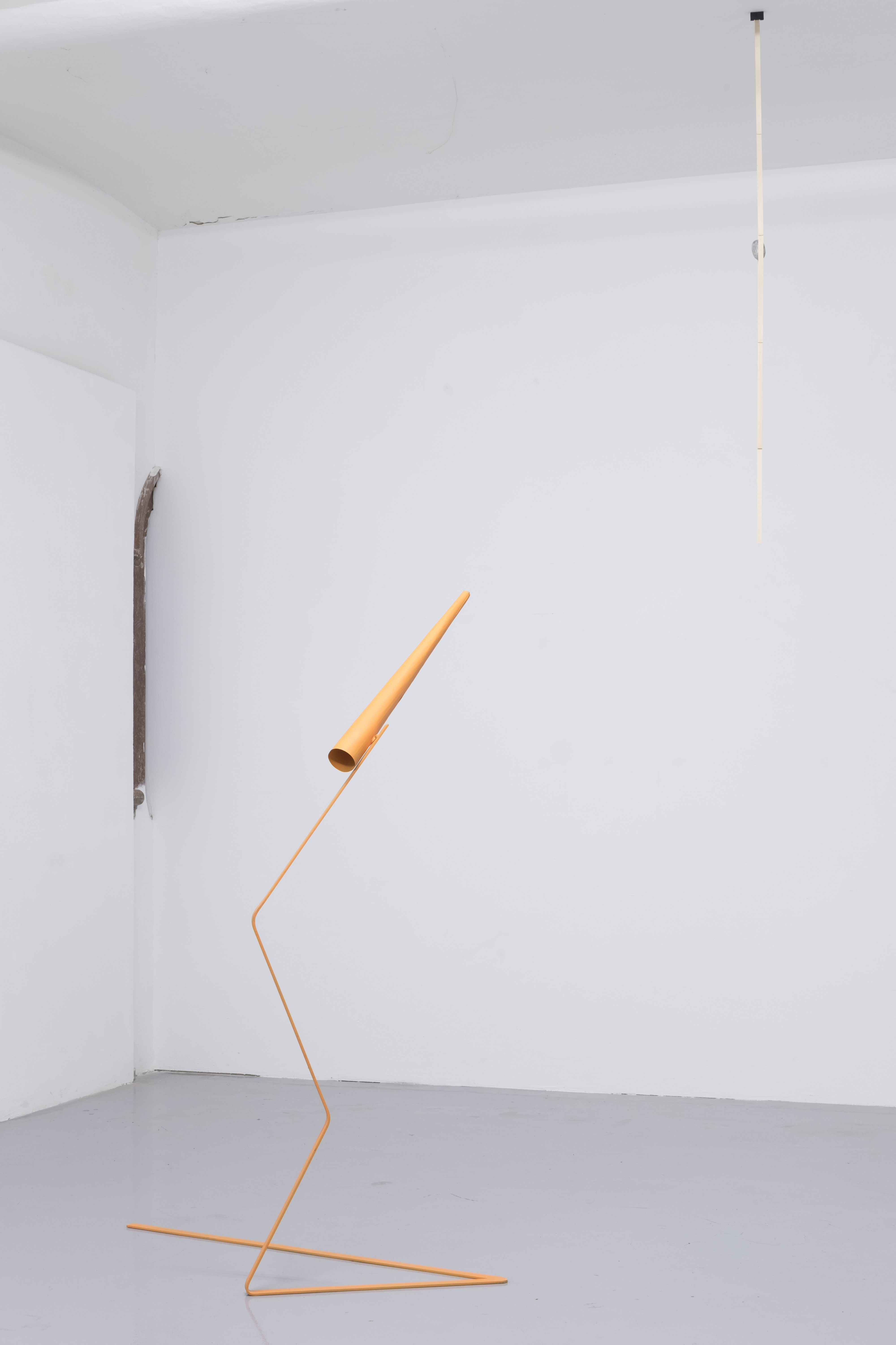 "Installationsansicht Curved Arrows, Chrysanthi Koumianaki, ""Notes for Someone Who is 167cm and Wants to Observe and Concentrate""  Metal, car paint, 2019"