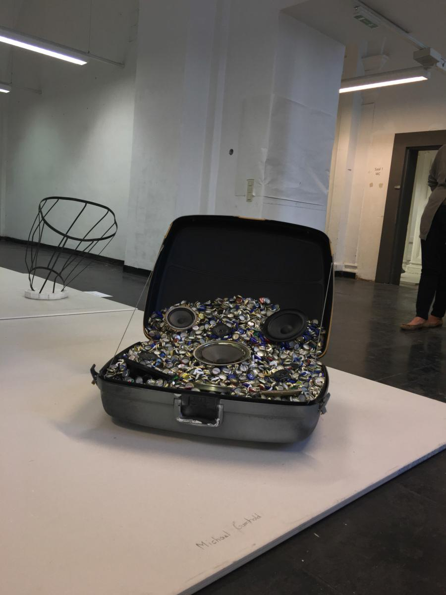 Michael Gumhold | Drowned-Drone Suitcase | 2016 | Flaschenverschlüsse, Koffer, Lautsprecher 73 x 90 x 77 cm | Courtesy Galerie Kargl, Wien