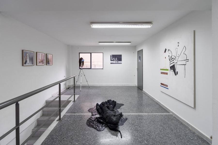 """moi non-moi"" or ""carrying owls to athens"", Ausstellungsansicht: Kerstin von Gabain, Albert Mayr, Victor Lizana, Anastasios Logothetis, Sophie Gogl (Foto: Simon Veres)"