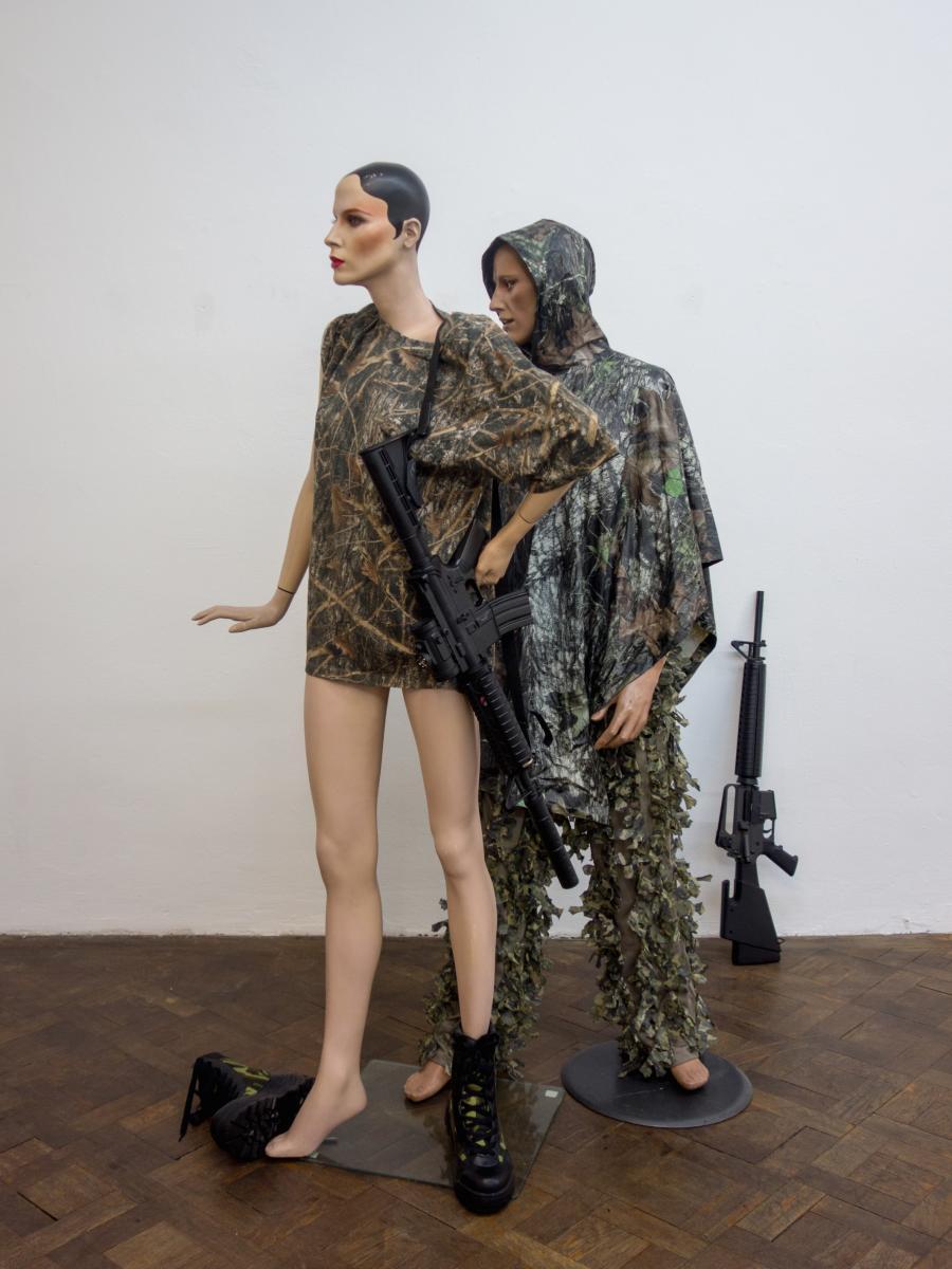Ausstellungsansicht, Ein Brunner Lienz – Alto Adige, RICHARD HOECK / JOHN MILLER camouflage on a mannequin